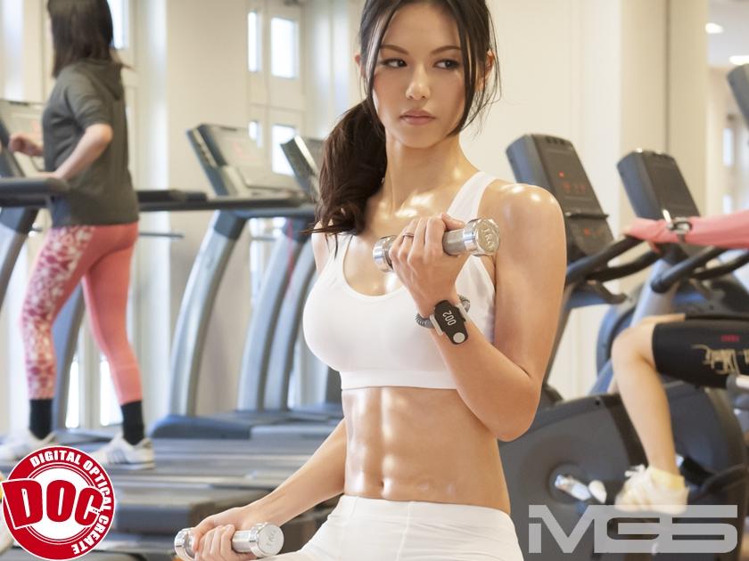 ジムで身体を鍛える女たち。その引き締まった筋肉エロボディに興奮したマッサージ師そのままセクロス