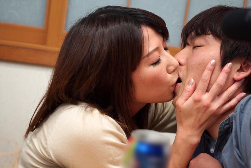 コタツの中で内緒で悪戯 歳の近い義母が欲情極まり近親○姦生中出し 2 の画像5