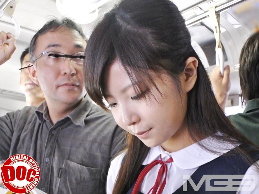 (栗原ゆん)路線BUSで読書に夢中なカワイいセイフク10代小娘の横に居た薄毛の男がちんこをシゴイて10代小娘のスカートに射精