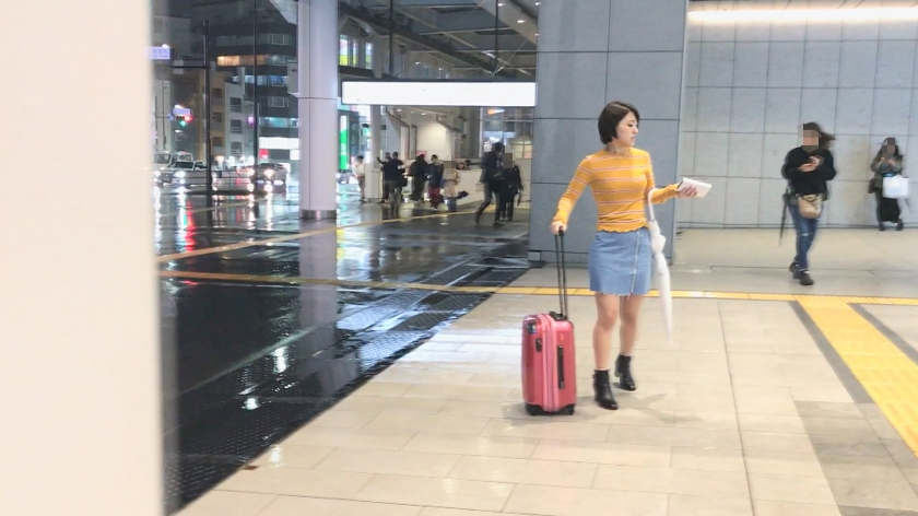 故郷秋田の雪景色を思い浮かべる程の大量発射!!看護師になる夢を叶える為にいざ東京へ。みおちゃん(22)大学生。Welcome to TOKYO!!上京したてで東京に染まってないウブな女の子は隙だらけ!?→新宿駅で発見、「迷子になってます」行きたい所まで送ってあげるからインタビュー→なまはげのモノマネからの荷物チェック→謎のTバック発見!「いざという時の為に買っちゃいました」ちょwどゆことww→感度良すぎて触れるだけでピクピク「いつもこんなに濡れないよ」→シミ1つない綺麗な尻にズッポリ挿入→小さな可愛い声で「イクイクイクっ…」→何回イッたか分からない程の敏感娘→フィニッシュはお腹に雪化粧!!