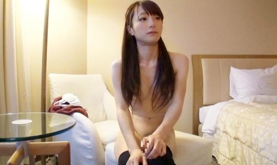 【素人AV体験撮影】ニーソが似合う美脚のスレンダー女子。控えめなおっぱいが感度良さ気ですww