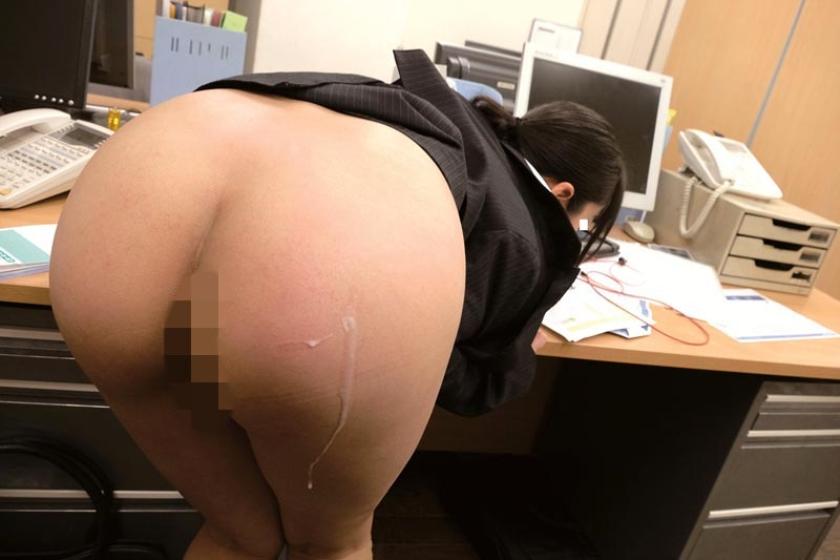 残業中に新入女子社員にイタズラしてやろうと机の上に極太バイブを置いてみた。恥ずかしがる顔を見ようと思っていたのに・・・平然と「コレ貰って良いんですか?」とカバンの中にしまい持って帰るそぶり!?意外過ぎる反応に動揺する僕に「こんな物見せつけ恥ずかしがらせて喜ぼうとしたんですか?どうせ彼女もいないですよね?」とネチネチ説教・・・反論できずにいると「欲求不満なんですか?」と突然極太バイブをなめ回し「どうせ毎日オナニーくらいしかすることないんでしょ?見ててあげるから今やって見せてください」と女王様口調!?思わずソソられM心に火を付けられた僕がセンズリこきだすと「先輩、経験が少ないんですね・・・可愛い」と上から目線で言われて新入女子社員に玩具にされた僕の下半身!! の画像7