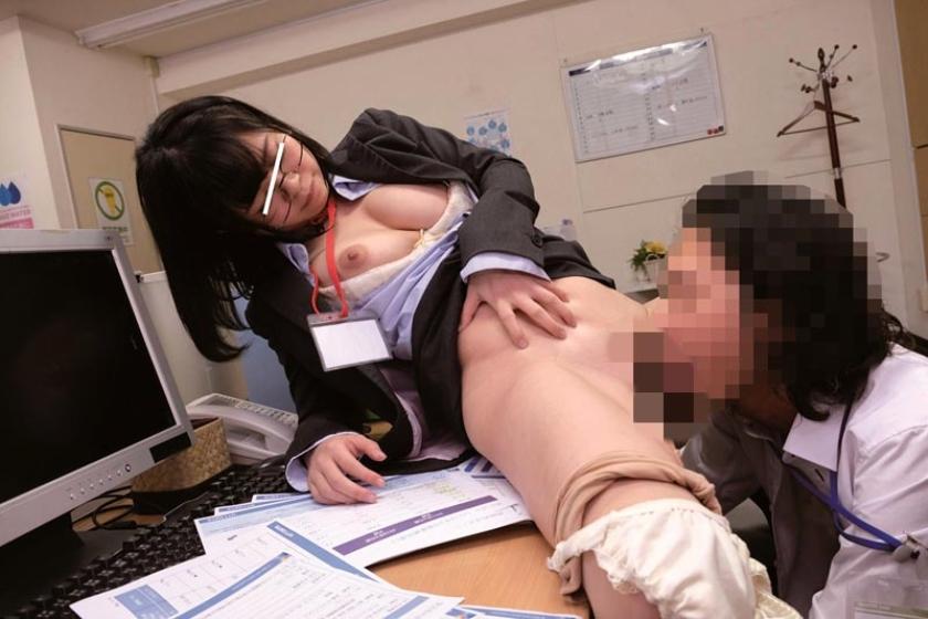 残業中に新入女子社員にイタズラしてやろうと机の上に極太バイブを置いてみた。恥ずかしがる顔を見ようと思っていたのに・・・平然と「コレ貰って良いんですか?」とカバンの中にしまい持って帰るそぶり!?意外過ぎる反応に動揺する僕に「こんな物見せつけ恥ずかしがらせて喜ぼうとしたんですか?どうせ彼女もいないですよね?」とネチネチ説教・・・反論できずにいると「欲求不満なんですか?」と突然極太バイブをなめ回し「どうせ毎日オナニーくらいしかすることないんでしょ?見ててあげるから今やって見せてください」と女王様口調!?思わずソソられM心に火を付けられた僕がセンズリこきだすと「先輩、経験が少ないんですね・・・可愛い」と上から目線で言われて新入女子社員に玩具にされた僕の下半身!! の画像16