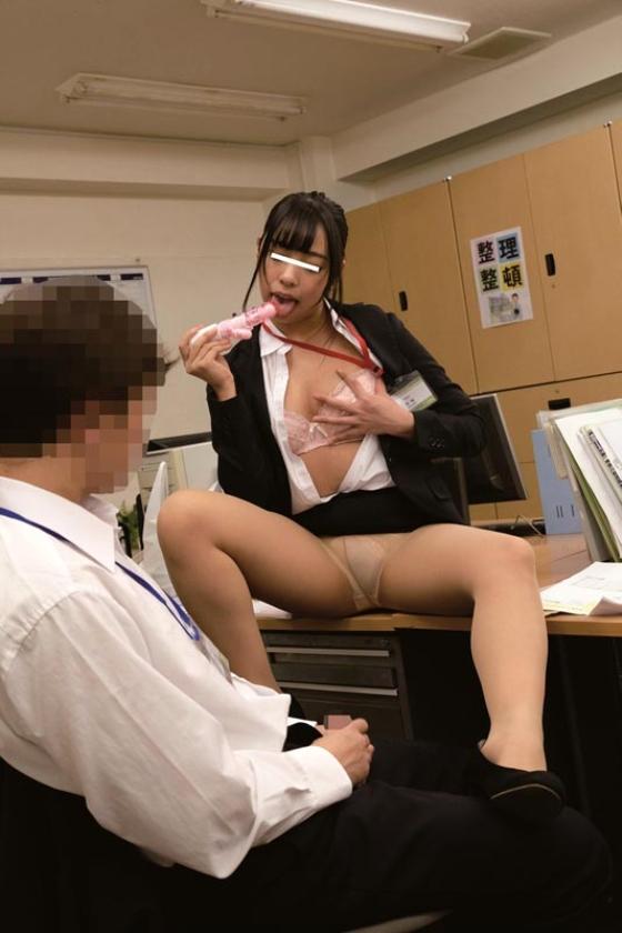 残業中に新入女子社員にイタズラしてやろうと机の上に極太バイブを置いてみた。恥ずかしがる顔を見ようと思っていたのに・・・平然と「コレ貰って良いんですか?」とカバンの中にしまい持って帰るそぶり!?意外過ぎる反応に動揺する僕に「こんな物見せつけ恥ずかしがらせて喜ぼうとしたんですか?どうせ彼女もいないですよね?」とネチネチ説教・・・反論できずにいると「欲求不満なんですか?」と突然極太バイブをなめ回し「どうせ毎日オナニーくらいしかすることないんでしょ?見ててあげるから今やって見せてください」と女王様口調!?思わずソソられM心に火を付けられた僕がセンズリこきだすと「先輩、経験が少ないんですね・・・可愛い」と上から目線で言われて新入女子社員に玩具にされた僕の下半身!! の画像12