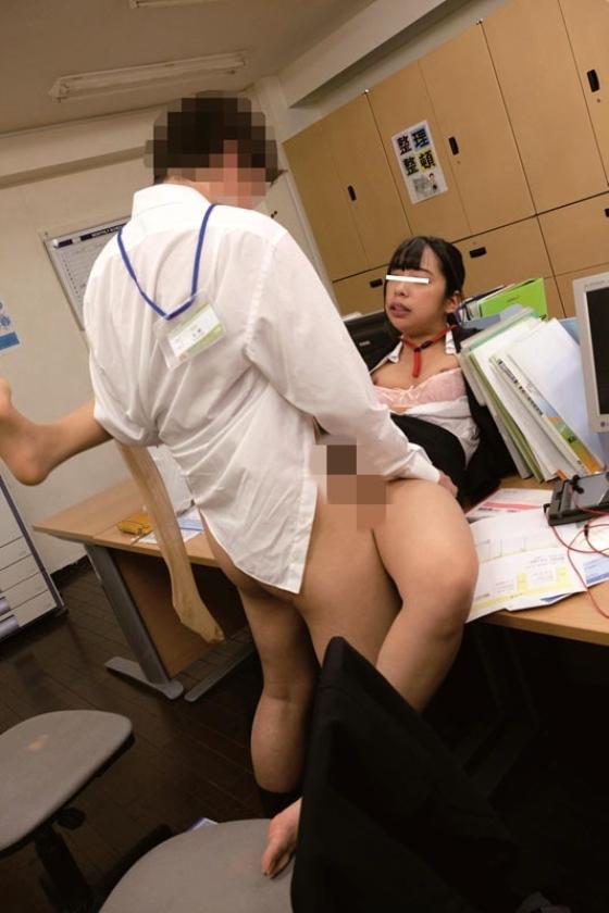 残業中に新入女子社員にイタズラしてやろうと机の上に極太バイブを置いてみた。恥ずかしがる顔を見ようと思っていたのに・・・平然と「コレ貰って良いんですか?」とカバンの中にしまい持って帰るそぶり!?意外過ぎる反応に動揺する僕に「こんな物見せつけ恥ずかしがらせて喜ぼうとしたんですか?どうせ彼女もいないですよね?」とネチネチ説教・・・反論できずにいると「欲求不満なんですか?」と突然極太バイブをなめ回し「どうせ毎日オナニーくらいしかすることないんでしょ?見ててあげるから今やって見せてください」と女王様口調!?思わずソソられM心に火を付けられた僕がセンズリこきだすと「先輩、経験が少ないんですね・・・可愛い」と上から目線で言われて新入女子社員に玩具にされた僕の下半身!! の画像10