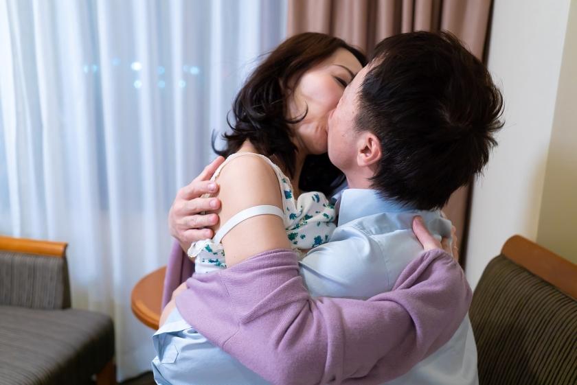 「わたし主人以外ほとんど経験ないんです」貞操を守り続けたレア妻が本気の不倫!密着セックス の画像3