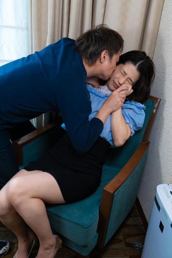 「わたし主人以外ほとんど経験ないんです」貞操を守り続けたレア妻が本気の不倫!密着セックス の画像13