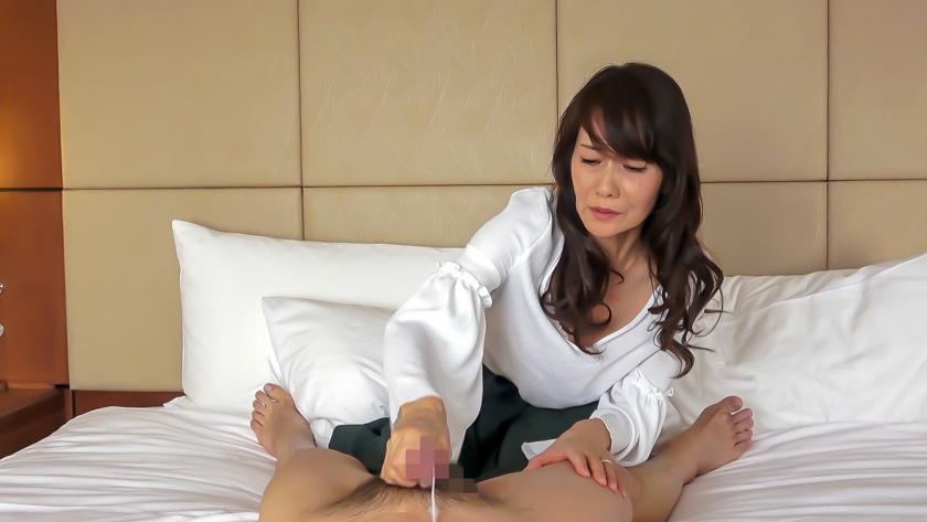おばさん!おち○ぽシゴいて下さい!男のセンズリに欲情する熟女の性 3 の画像1