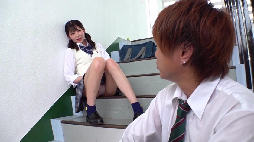 階段パンチラで誘惑!?先輩に勃起をいじられまさかのその場で生パコりのサンプル画像1