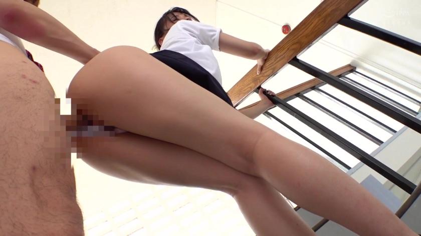 階段パンチラで誘惑!?先輩に勃起をいじられまさかのその場で生パコりのサンプル画像10