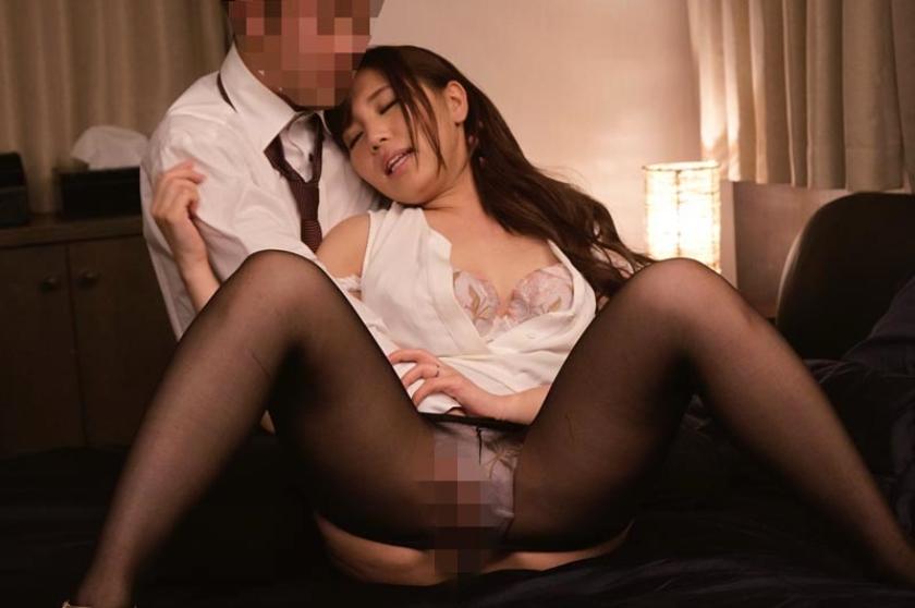 ビジネスホテルで女上司と二人きり 甘えん坊のフリをして母性本能をくすぐって合体! の画像2