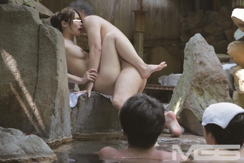 寝取らせ願望 愛する妻に混浴露天風呂でヌルヌル泡泡ボディ洗い体験