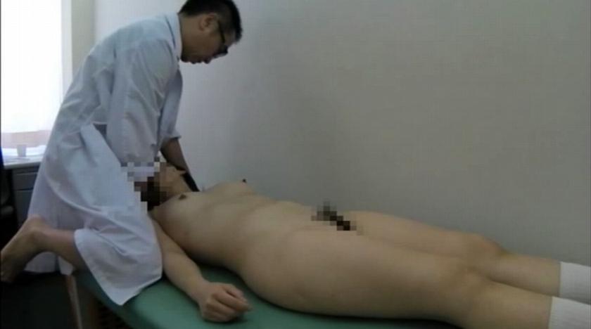 胡散臭い変態医師が無知なJKに性病検査と偽り猥褻行為の一部始終 の画像8