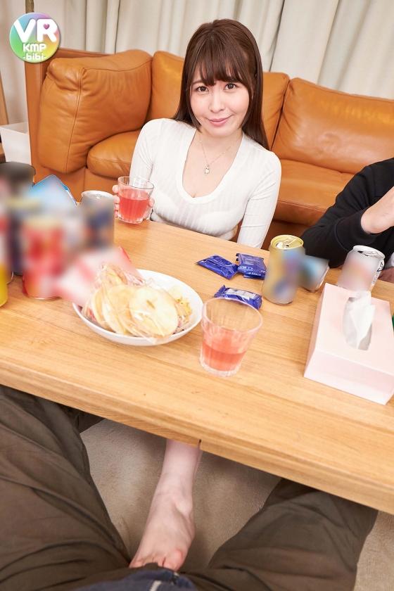 【VR】元カノが僕の上司の婚約者に。上司はそのことを知らずに僕を自宅に招き入れ一緒に食事することに。そんな時まさかの元カノが僕を誘惑。未来の旦那がそばにいるにも関わらず、僕を何度も誘惑し、独身最後の夜を満喫する変態痴女に変貌 三船かれん8