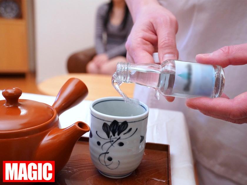 利尿剤入りのお茶を飲まされた女性客が催す尿意に耐えられず着衣お漏らし!!強制失禁マッサージ