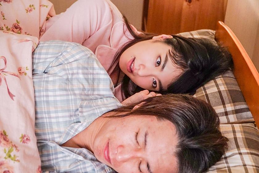 夫の単身赴任中の不貞行為を義父に知られ、欲求不満のカラダを玩具にされる淫乱妻。 由愛可奈