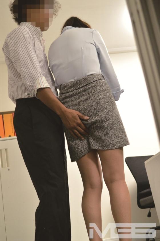 仕事のミスに付け込んで、凹んでる女子社員を慰めるふりして中出し!平謝りしているときの90度に突き出したお尻に触りたくて・・・ の画像11