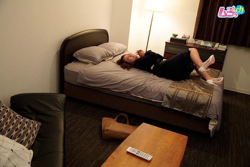 上司と部下がダブルベッド1つのホテルで、AVを見てしまったら… 長瀬広臣 高坂あいり1