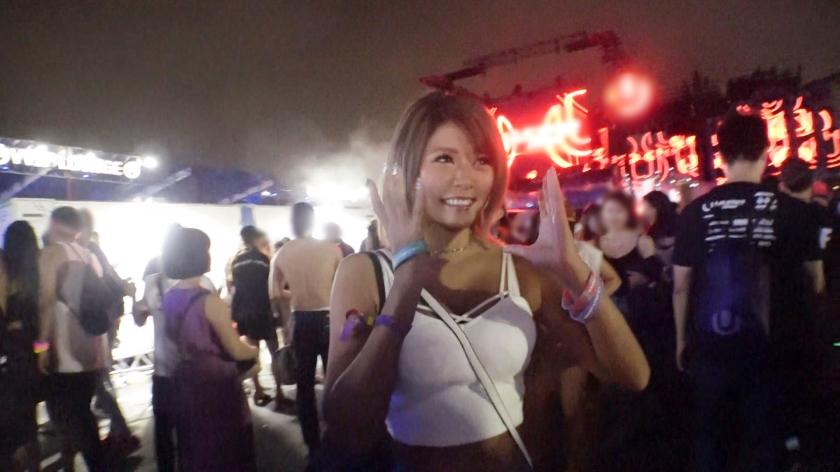 日本最大級EDMイベント・U〇TRA JAPANでテンションアゲアゲの日焼け巨乳ギャルを激ノリナンパ!音楽フェスで開放的になったお股からの潮吹きスプラッシュ!からのアゲアゲチ〇ポでサウンド刻むぜパコパコSEX!-エロ画像-2枚目