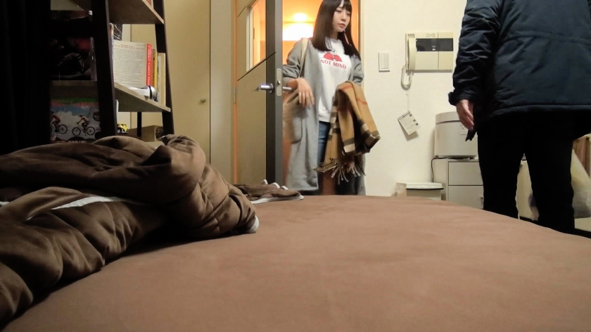 百戦錬磨のナンパ師のヤリ部屋で、連れ込みSEX隠し撮り 111 チョコもバナナもチ●ポも美味しくパクリ♪どエロで純情なスレンダー娘が登場!-エロ画像-1枚目