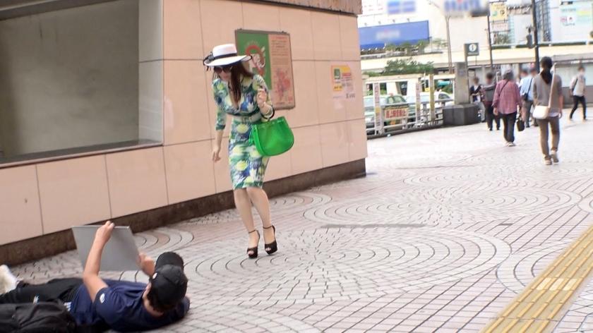 マジ軟派、初撮。 1510 【私のことを踏んでみて♪】新宿のど真ん中で寝てみたら、清楚でセレブなS級美女が現れた!?モデル級の美脚で人生初の踏みつけプレイを体験したら男を征服する快感に目覚めちゃった!?そのままノリノリでホテルへ連れ込み、SMプレイをレクチャーするうちに…!?-エロ画像-1枚目