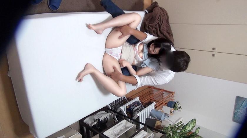百戦錬磨のナンパ師のヤリ部屋で、連れ込みSEX隠し撮り 172 先日渋谷でナンパした黒髪ロング美少女を家にお持ち帰り!黒髪ロング=清楚のイメージ通り(?)フェラする姿も健気♪でもセックスになるとあまりに気持ちよさに…-エロ画像-2枚目