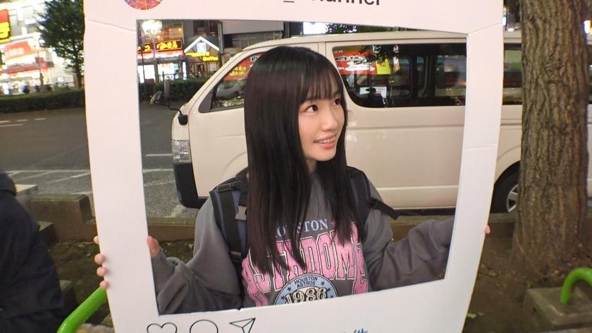マジ軟派、初撮。 1558 新宿で映えスポットを提供していたら引っかかったのは天真爛漫な美少女!グイグイ来られると弱い性格?流されSEXでイキまくり![サムネイム04]