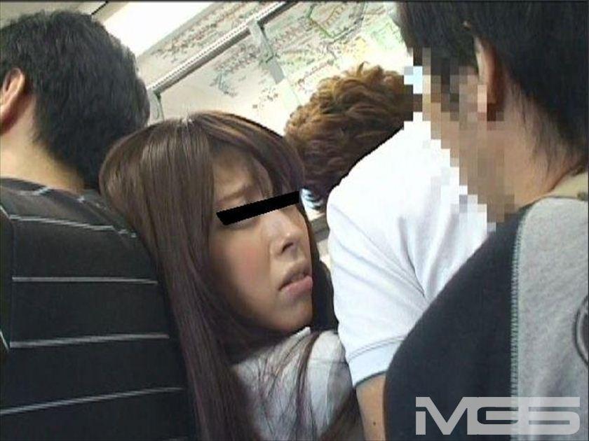 満員電車でデカ尻が丸出しになり直せない美女に「スカート下げてもらえませんか・・・」と言われたら の画像10