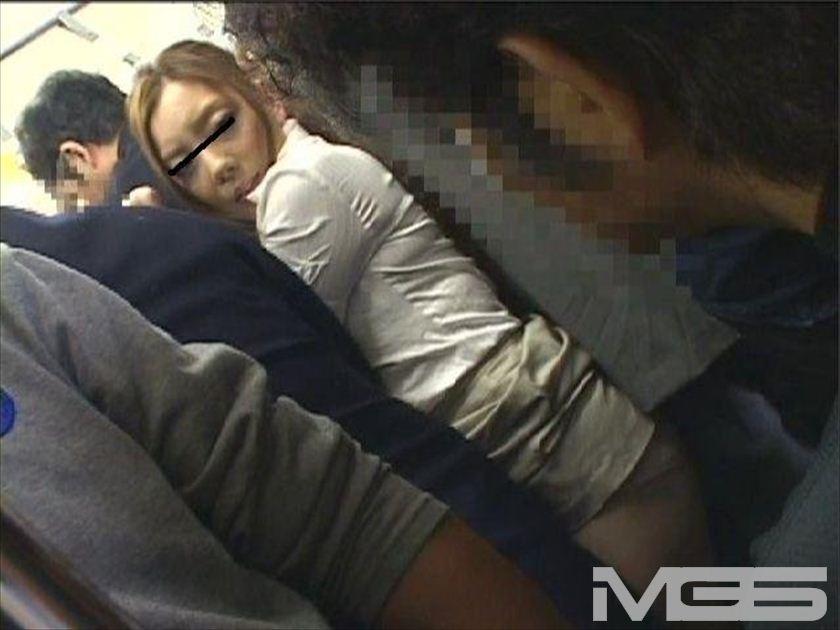 満員電車でデカ尻が丸出しになり直せない美女に「スカート下げてもらえませんか・・・」と言われたら の画像7
