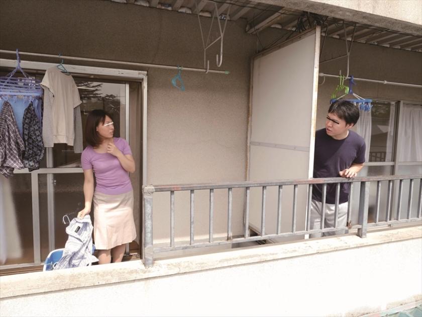 家族にバレたら・・・でも、止められない。隣に住む他人夫とのベランダ不倫にハマる人妻 の画像11