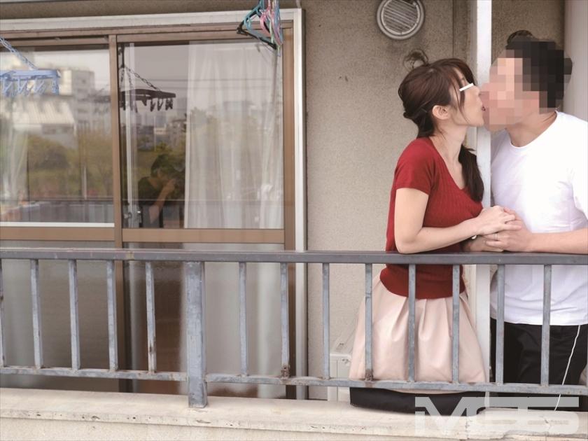 家族にバレたら・・・でも、止められない。隣に住む他人夫とのベランダ不倫にハマる人妻 の画像9