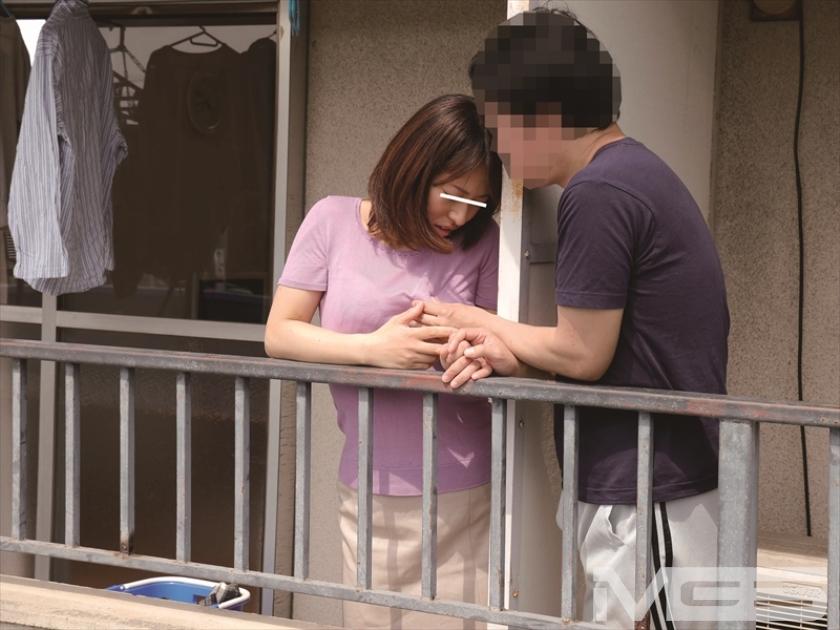家族にバレたら・・・でも、止められない。隣に住む他人夫とのベランダ不倫にハマる人妻 の画像8