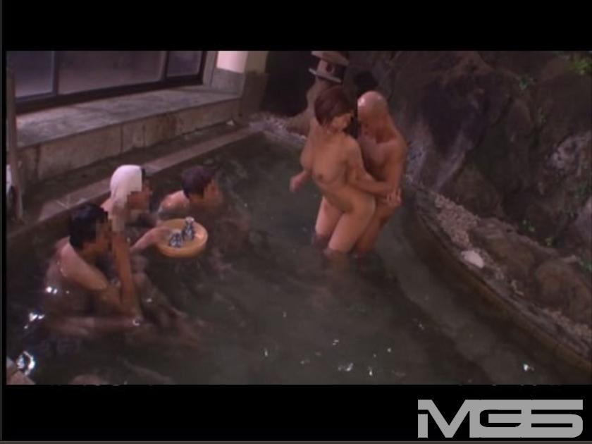 温泉旅館中出し痴漢 3 男湯に連れ込まれ周囲の目に辱しめられ感じてしまう女 の画像3