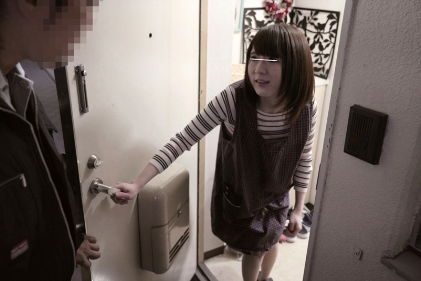 夫の留守中にU字ディルドで2穴同時イキさせられマ○コとアナルに連続で中出しされる人妻 2 の画像3