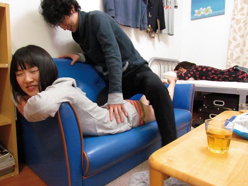 彼女が寝ている隙に女友達に誘惑されて・・・ 極エロ背徳SEX 佐々木恋海のサンプル画像13
