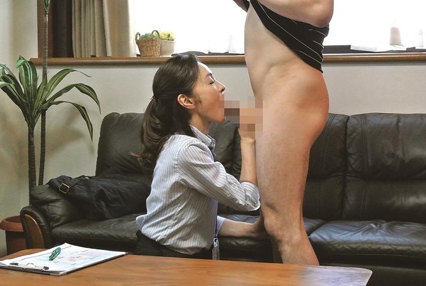 タイトスカート×太ももエロ お仕事中のおばさんに勃起チ●ポを見せ付けたら、発情して咥えてくれる!?