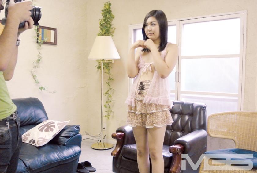 セミヌードモデルと聞かされ油断しているお姉さん! カメラマンの要求に… 動画もバッチリ撮ってますヨ!! 2 の画像13
