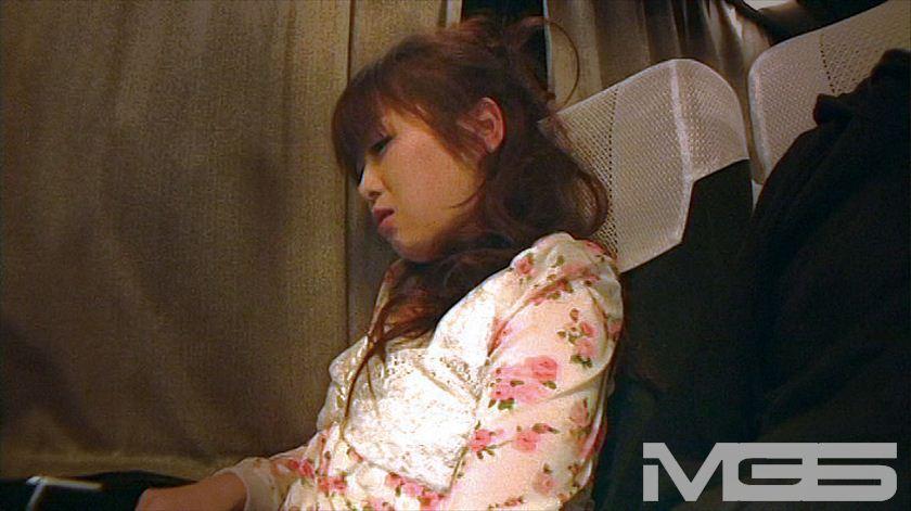 深夜特急バスで隣りに座ったお姉さんにチ○ポ出してヌキ依頼のサンプル画像18