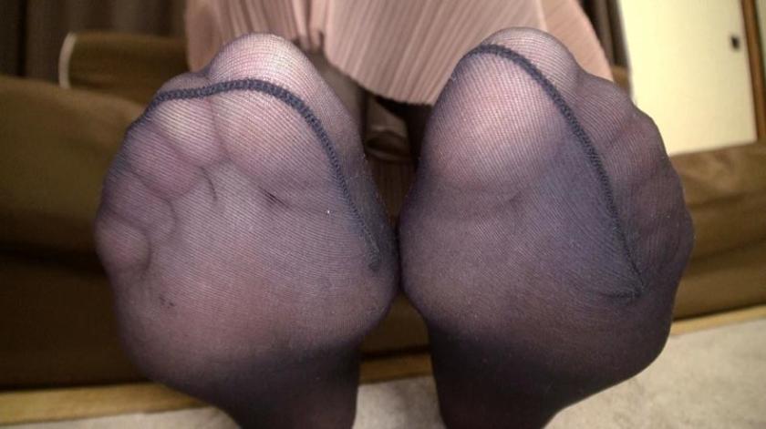 神パンスト 星乃華 人妻や母、働く制服OL等やらしい熟女の美脚を包んだ生ナマしいパンストを完全着衣でムレた足裏からつま先を味わい尽くす!オナニーや顔騎や足コキ、時には中出し時にはお尻にコスってぶっかけとやりたい放題!発情させられた女の変態調教絶頂プレイを楽しむフェチAV の画像8