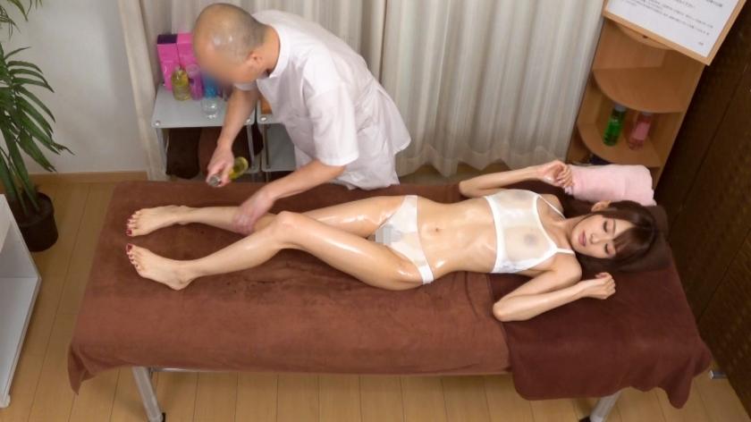 超スレンダークビレ巨乳OL◆肩コリに悩むOL夏川さん(仮名:27歳)、女性スタッフの強い勧めにより初めてのオイルマッサージ体験!男性施術師のグイグイ攻める施術に困惑、しかし繊細に力強いタッチでクリと乳首をダブルで弄られスイッチオン!カラダを震わせ大量潮吹きからの特製のツボ押し棒(チ◯コ)を投入して快楽施術!!:渋谷盗撮オイルマッサージ カルテNo.023-エロ画像-2枚目