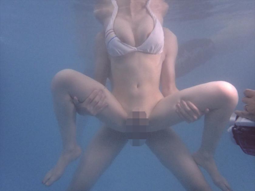 母親と息子が水中でこっそり近親相姦ゲーム の画像10