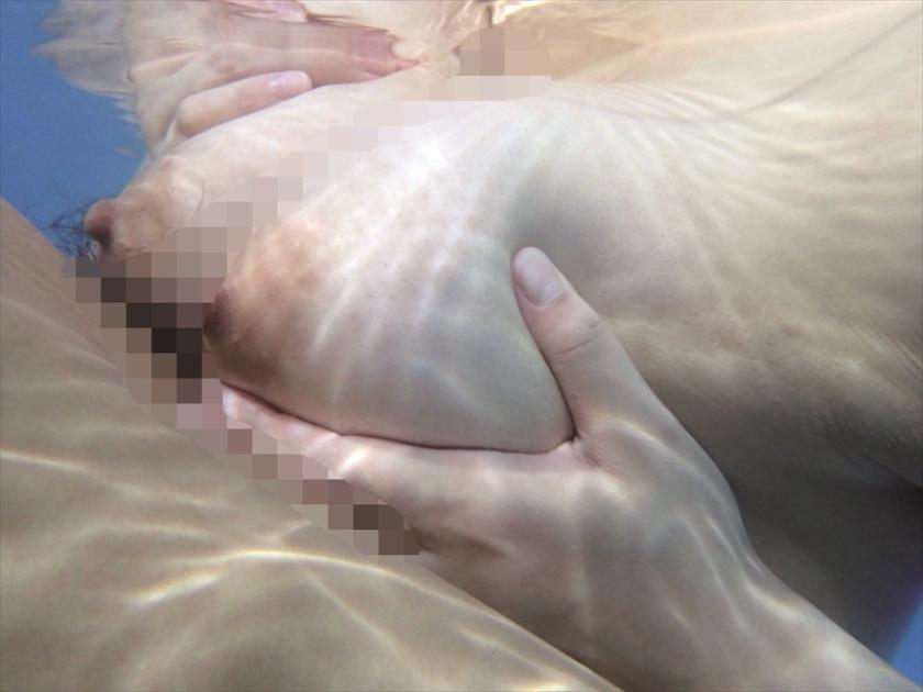 母親と息子が水中でこっそり近親相姦ゲーム の画像8