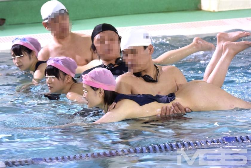 羞恥!水泳教室に通う●学生のスクール水着が水に溶けて10人全員素っ裸!!プールに入った瞬間、スク水が溶けて突然の全裸露出! の画像9