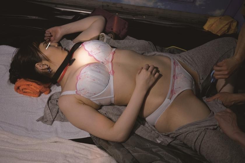 マジックミラー号ハードボイルド ミラー号ロケでMCの練習台にされリハーサルで本番同様に電マで攻められナマ中出しセックスまでヤラされても『ミラー号の監督になるには何事も経験が一番大切なんだぞ』と言われたら泣き寝入りするしかないサディスティックヴィレッジの女AD 2 の画像9