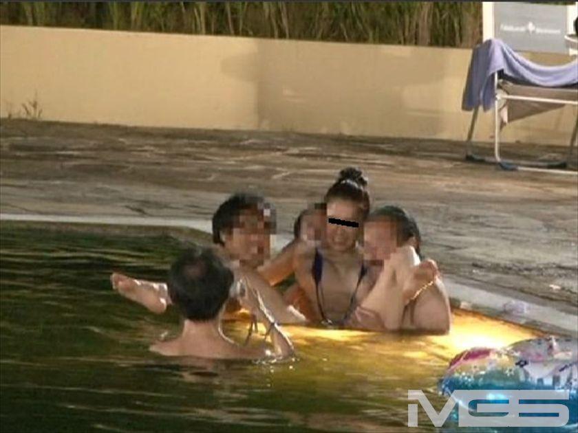 裸未満のギリギリ水着は超ハレンチ営業中のプールに『1人だけイヤらしすぎる水着で入る女の子。』 の画像1