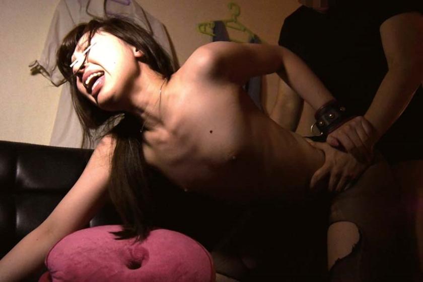 某AV男優のセフレ、居酒屋アルバイトのちっぱい地味娘あゆみ(20歳)。巨根で子宮をズボられまくり下品にヨガリ狂うハメ撮り動画を妬み販売。AVデビュー 不安そうな表情から一転、敏感な乳首に触れるとメス化。 の画像4