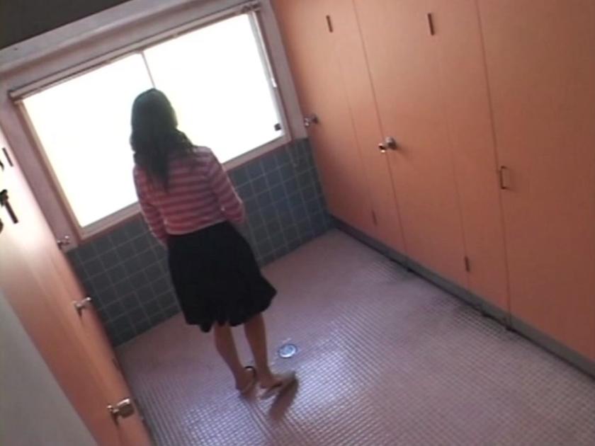 おしっこ我慢の限界 トイレに間に合わず途中で悶絶失態おもらし盗撮