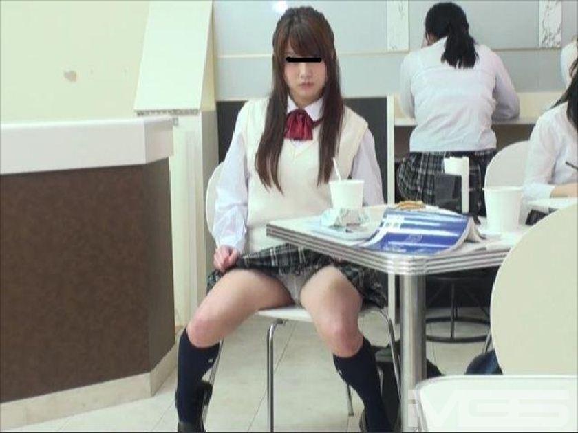 同級生に見つからないように女子高生が生尻みせて後ろのボクを誘ってきた の画像11