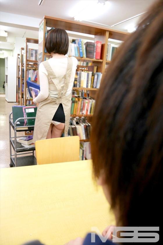 図書館で働く真面目な女性…と思ったら、エプロンの隙間から見える超ミニスカートからのパンチラが僕をソソる誘惑!!僕の視線に気付いたのか、やたらとパンチラを見せつけてくるのでもう辛抱たまりません!! 辻本りょう 舞野いつき 緒川ゆうり