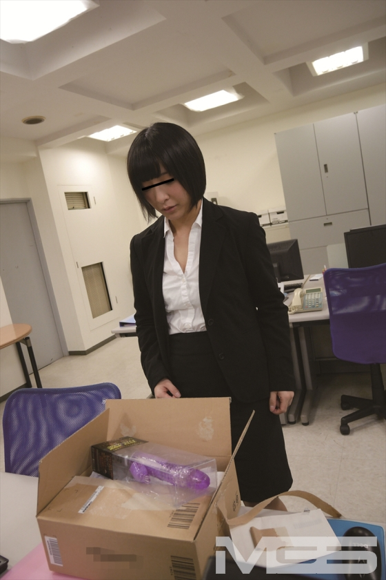 休日出勤中の真面目でカワイイ新入女子社員が間違えて開封してしまった小包…なんと中身は極太バイブ!動揺しながら戻したが、あまりの卑猥さに興味津々! 篠宮ゆり ましろあい 阿部乃みくのサンプル画像6
